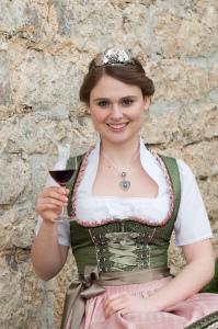 Doreen Hartmann, die aktuelle Markelsheimer Weinkönigin wird die Weine präsentieren