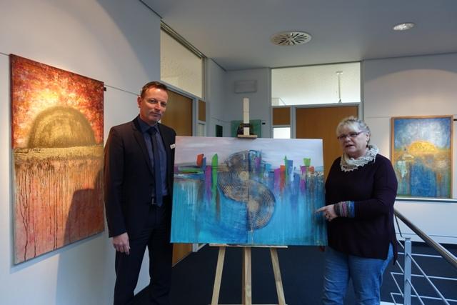 """""""Kreativität macht den Kopf frei"""" – Eröffnung der Kunstausstellung in der Volksbank Vorbach-Tauber Weikersheim"""