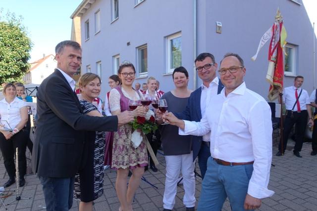 Herzlicher Empfang der neuen Markelsheimer Weinkönigin Josefin Büttner in Laudenbach!