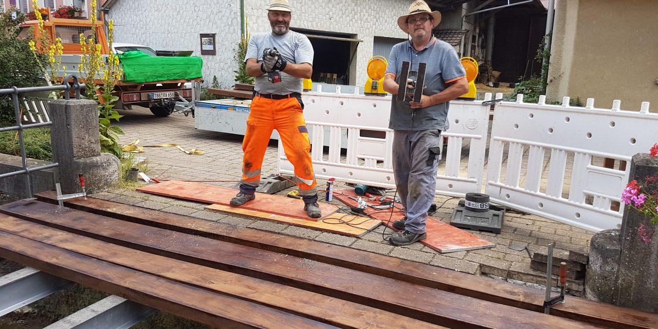 Abschluss der Holzbrückensanierung über den Ebertsbronner Bach in Laudenbach