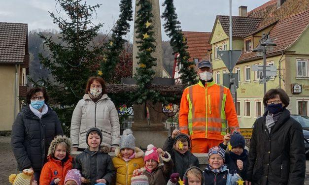 Festlich geschmückter Adventsbrunnen in Laudenbach
