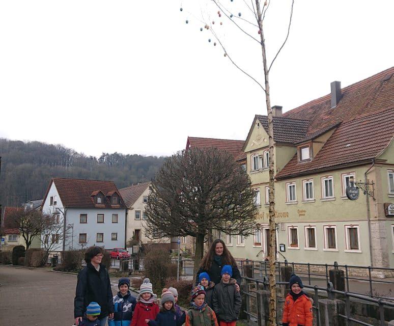 Osterbaum schmückt den Marktplatz von Laudenbach